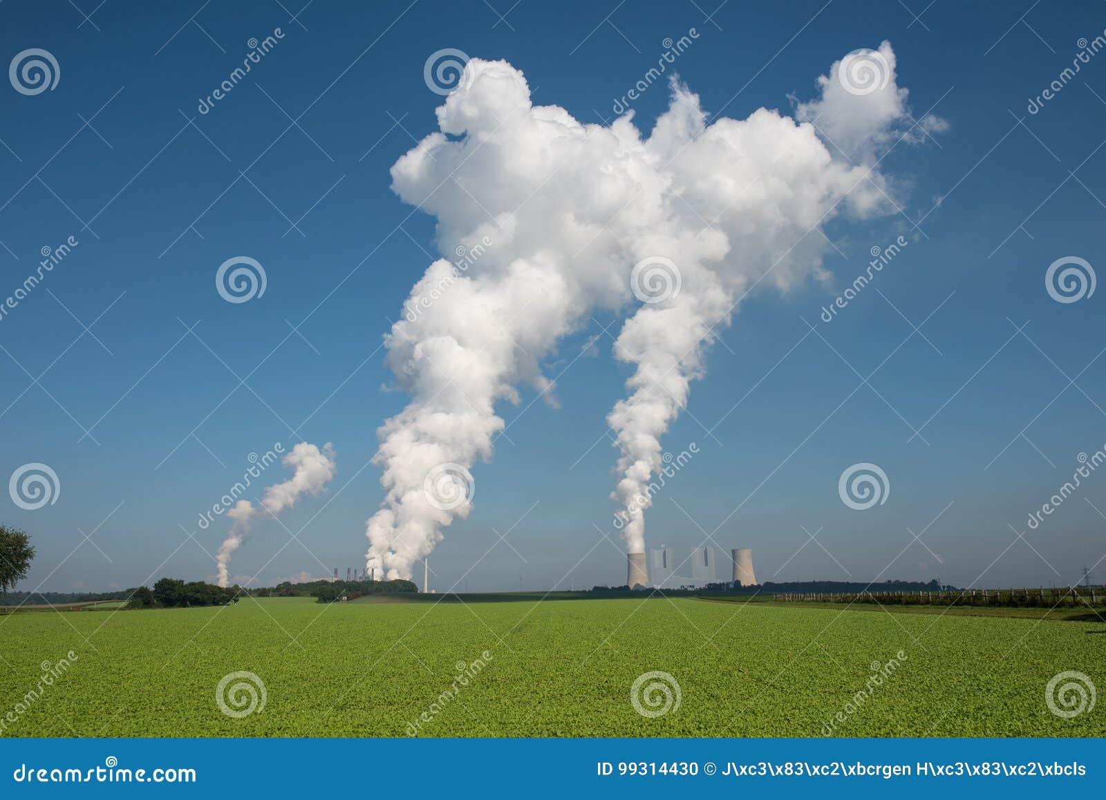 Central elétrica do lignite para a geração de eletricidade - o vapor aumenta para