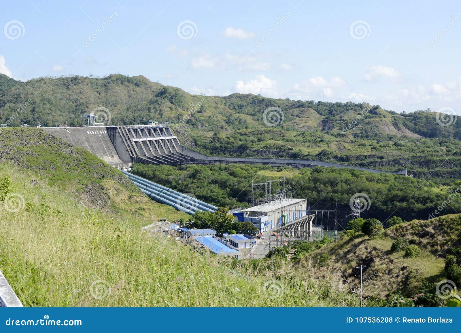 Central elétrica represa elétrica do rio de Magat da hidro em Ifugao montanhoso