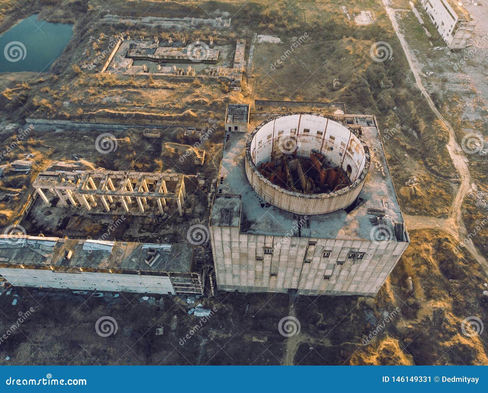 Central Nuclear Abandonada Y Arruinada En Shelkino, Crimea Construcción  Industrial Con La Torre Redonda Del Reactor Atómico Imagen de archivo -  Imagen de ruina, viejo: 146149331