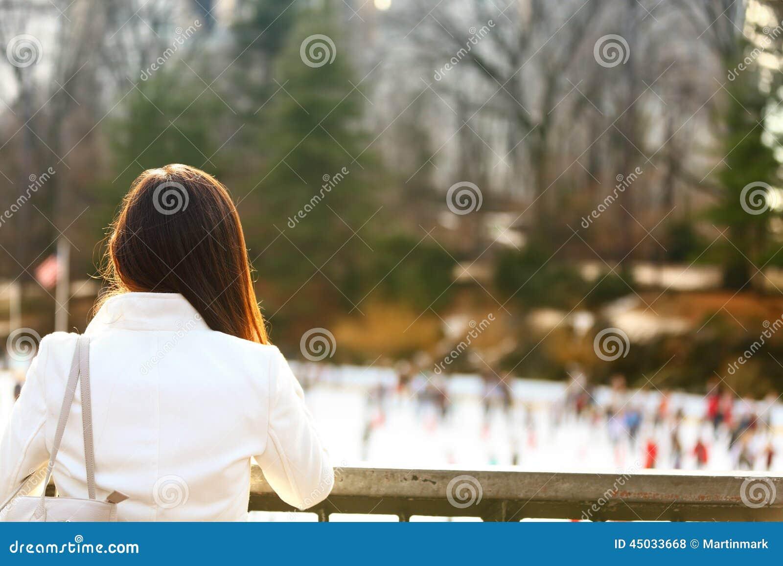 Central Park som åker skridskor isbanan - kvinna i New York City