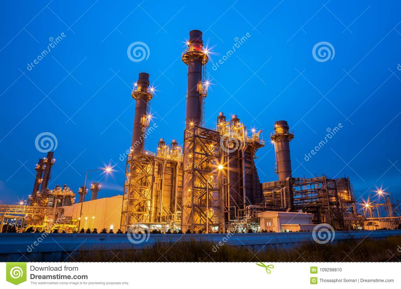 Centrale électrique de turbine à gaz la nuit