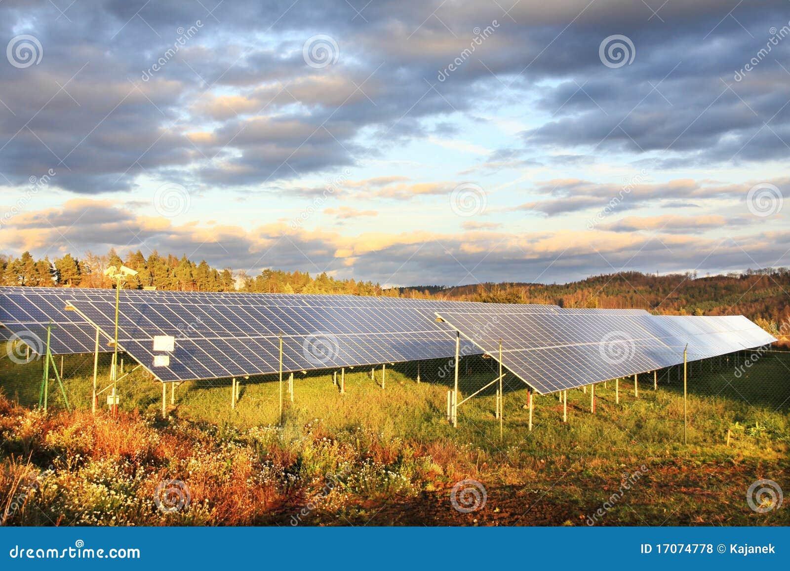 Centrale électrique solaire dans la nature