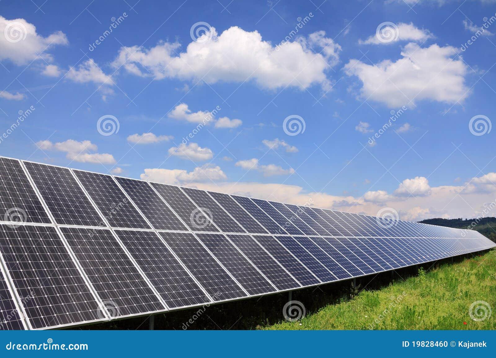 Centrale électrique solaire dans la nature verte