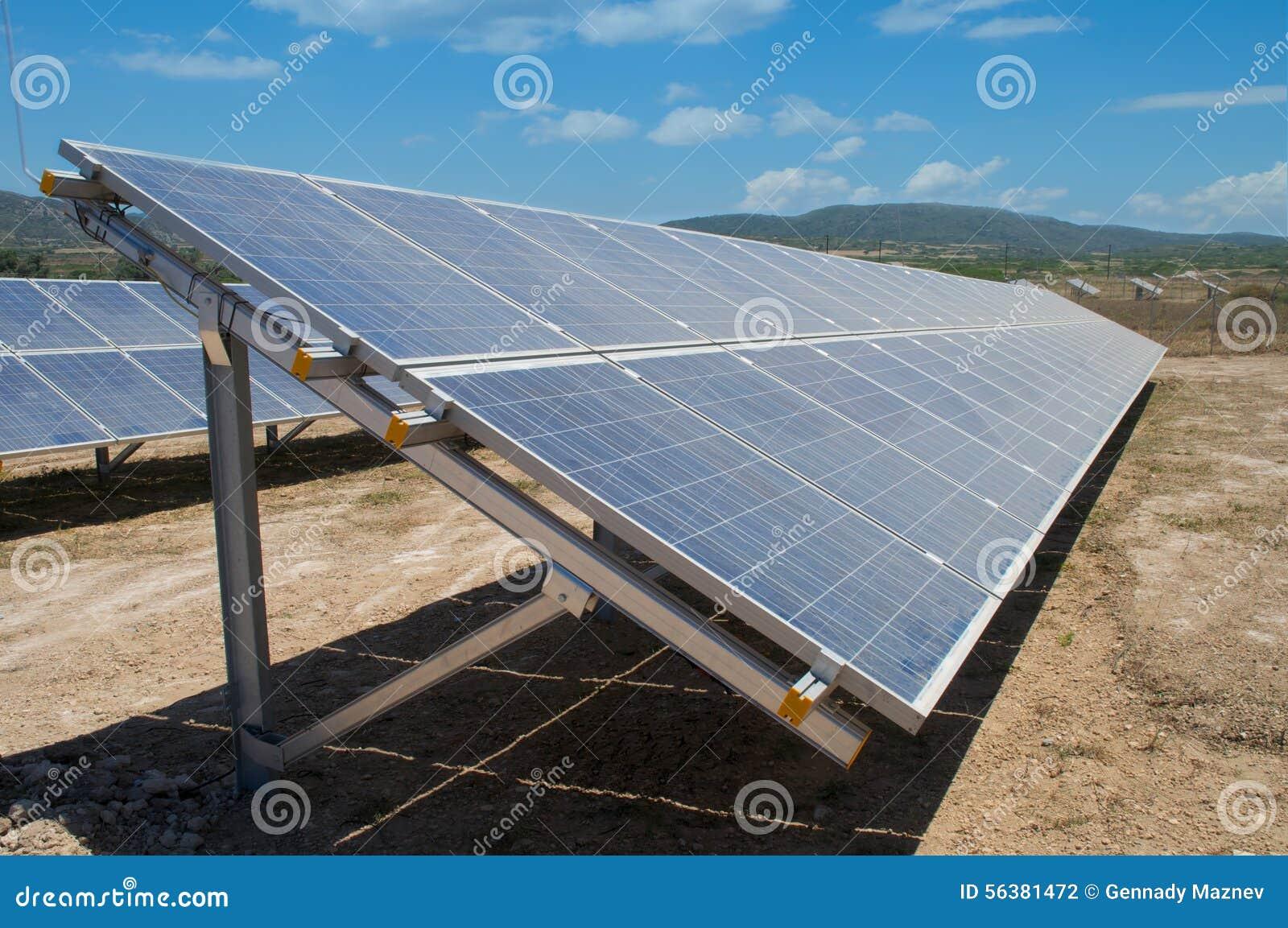 Centrale solaire dans la nature d été
