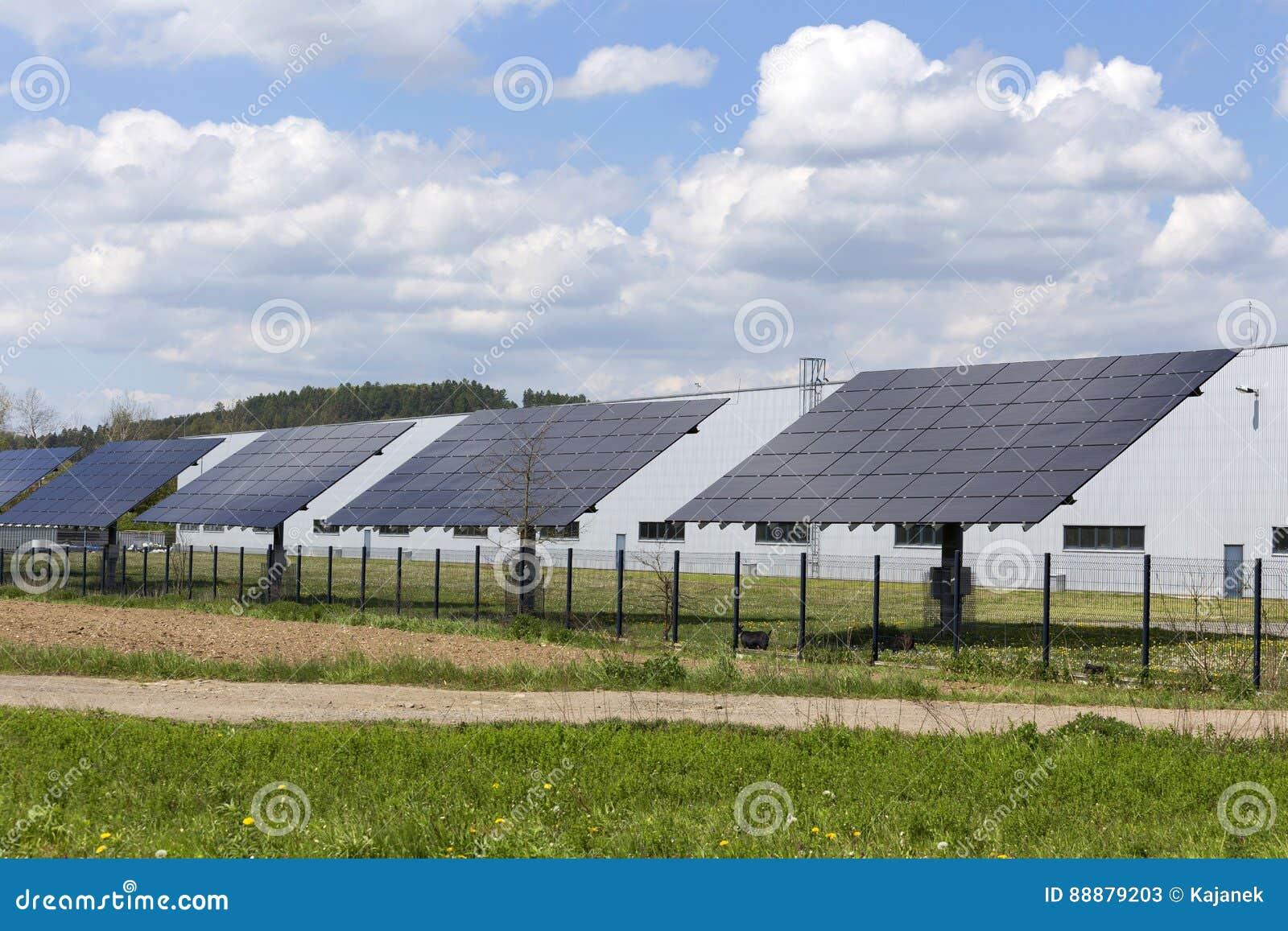 Centrale solaire dans la première nature de ressort