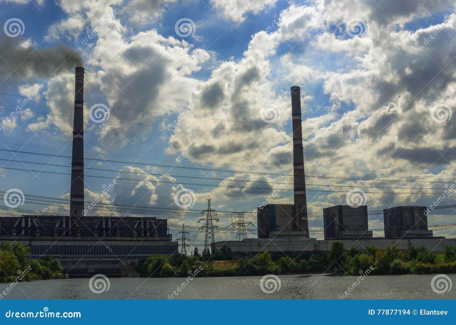 Centrales Térmico Con Los Tubos Y Las Líneas Eléctricas Enormes Foto de archivo