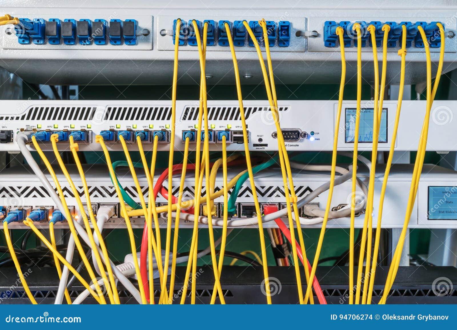 Centre de traitement des données avec des fils et des connecteurs