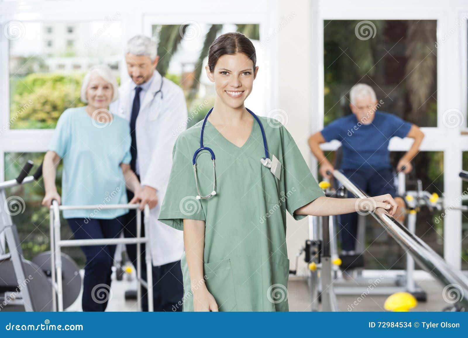 Centre femelle sûr de Standing In Rehab de physiothérapeute