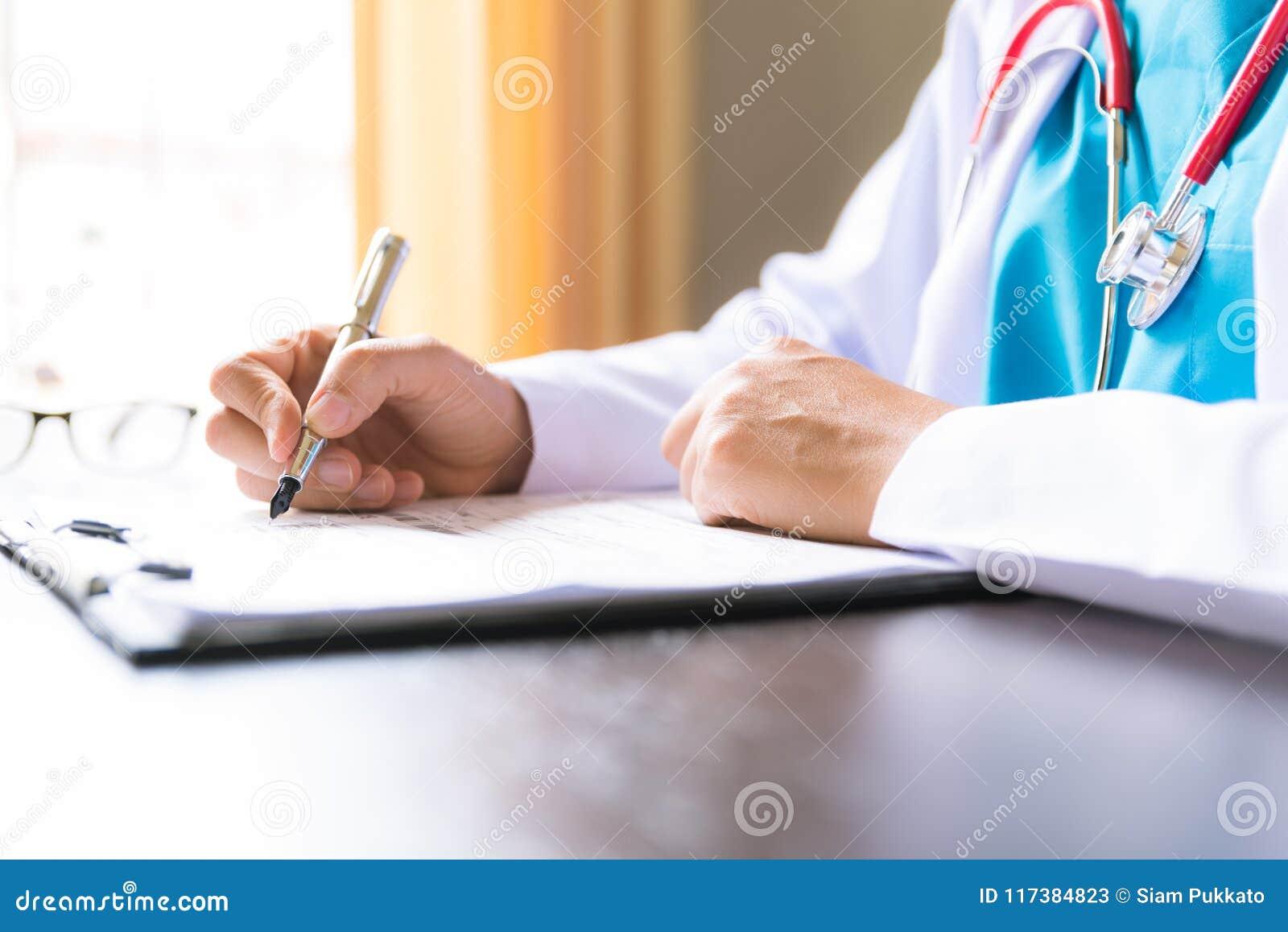 Centre mou de la main femelle de docteur tenant le formulaire de demande