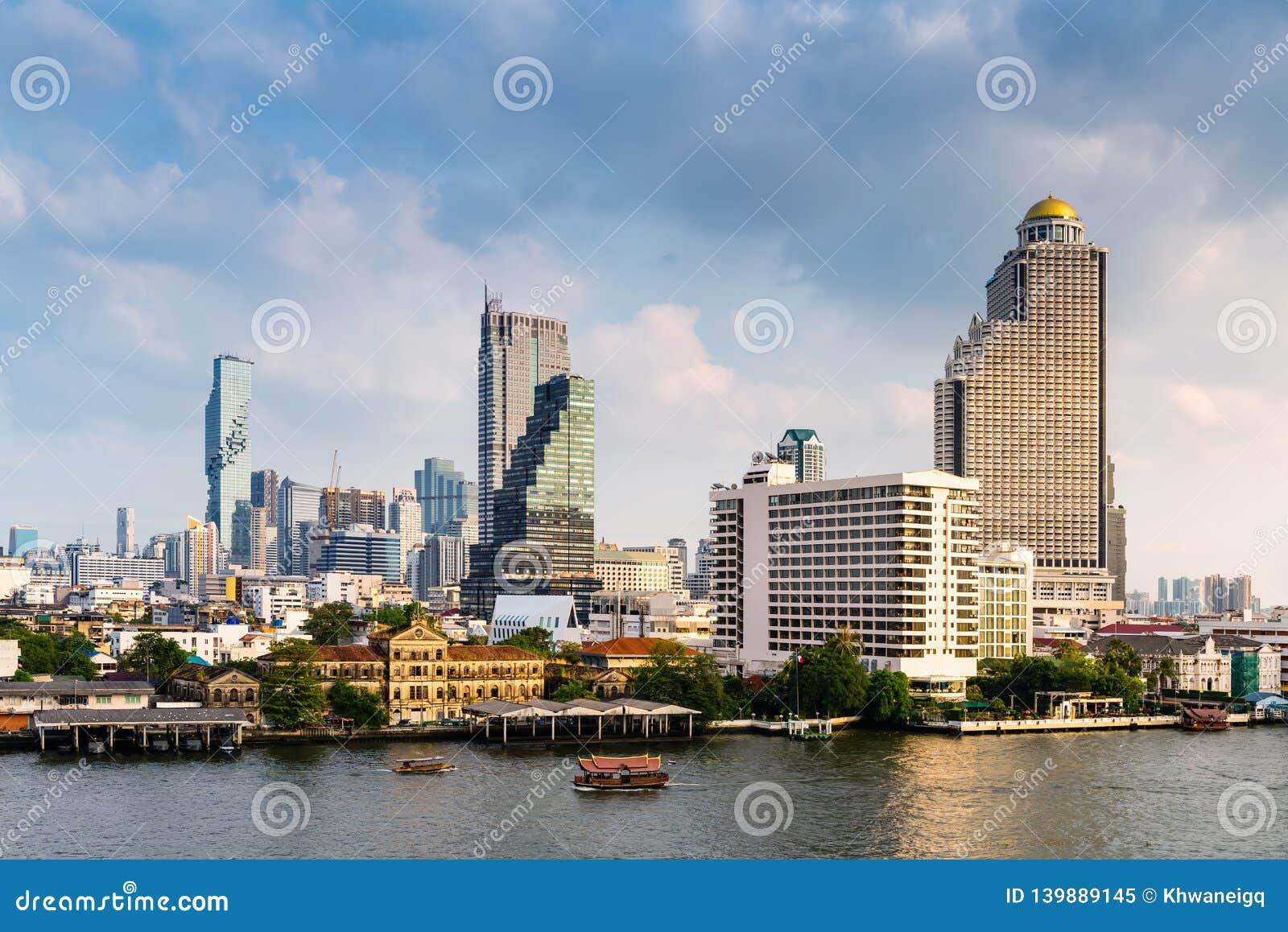 Centro céntrico y financiero del negocio de Bangkok, Tailandia Edificios del rascacielos de la señal y del paisaje urbano en la e