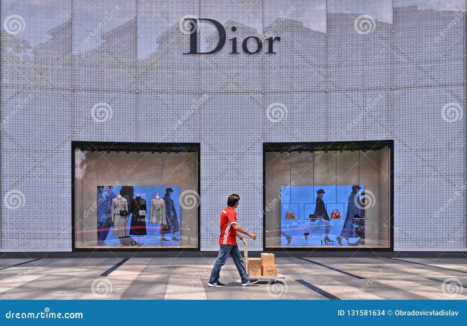 Centro comercial de la huerta en el camino de la huerta en el distrito moderno de Singapur pasos del trabajador con los paquetes