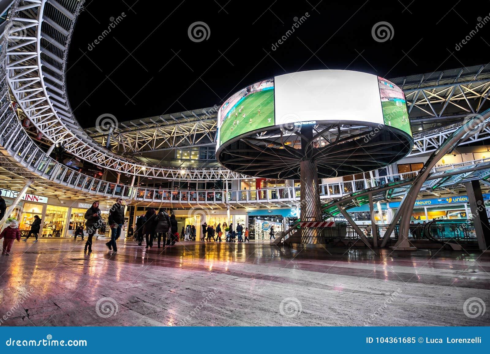 Centro comercial moderno por Bolonia de la arena de la alameda de la noche