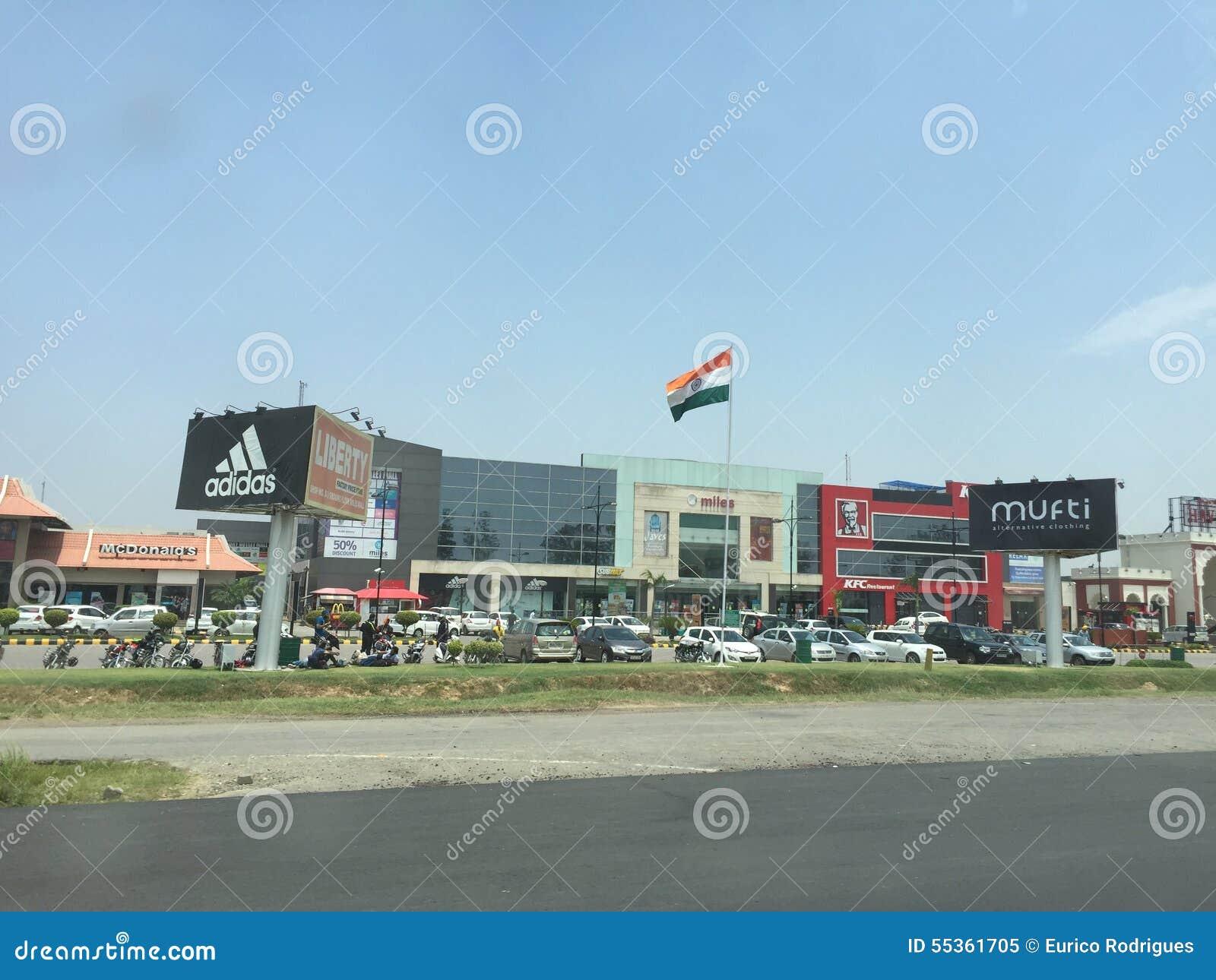Centro commerciale della strada principale di Parsvnath