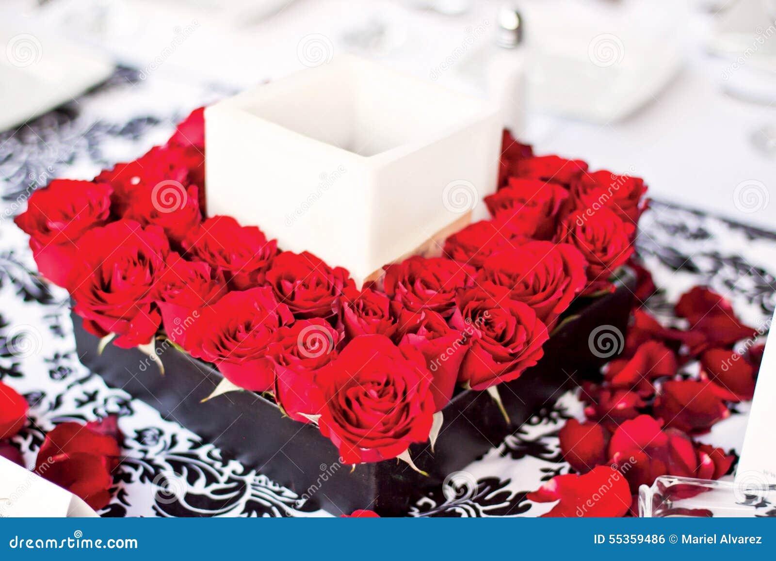 Centro con i fiori e la candela rossi