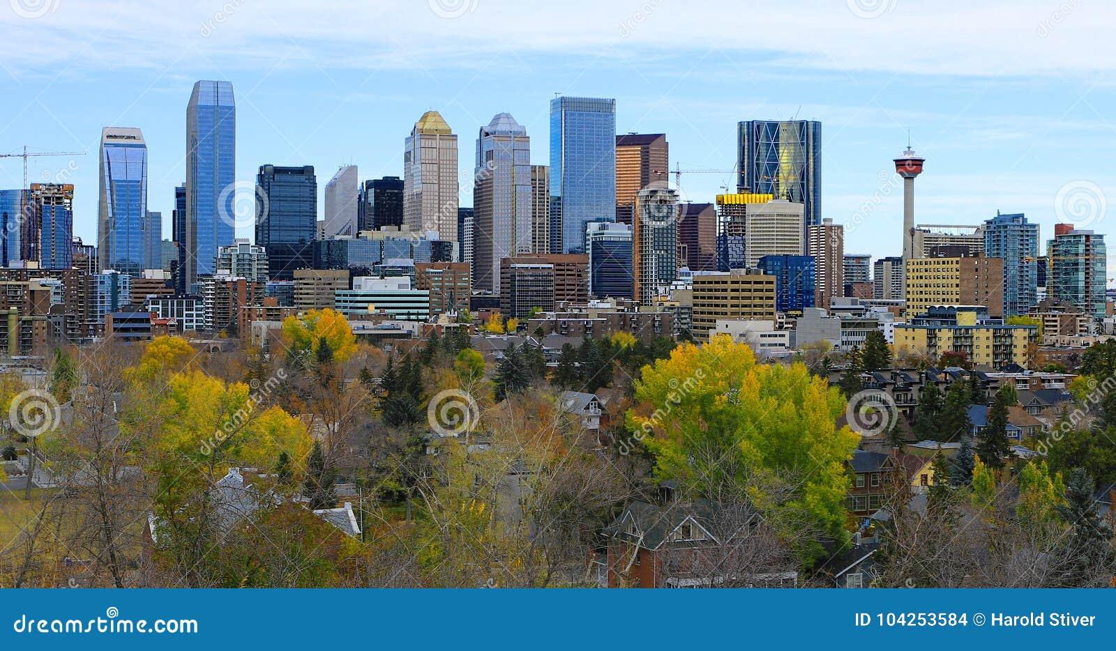 Centro da cidade de Calgary, Canadá com as folhas de outono coloridas