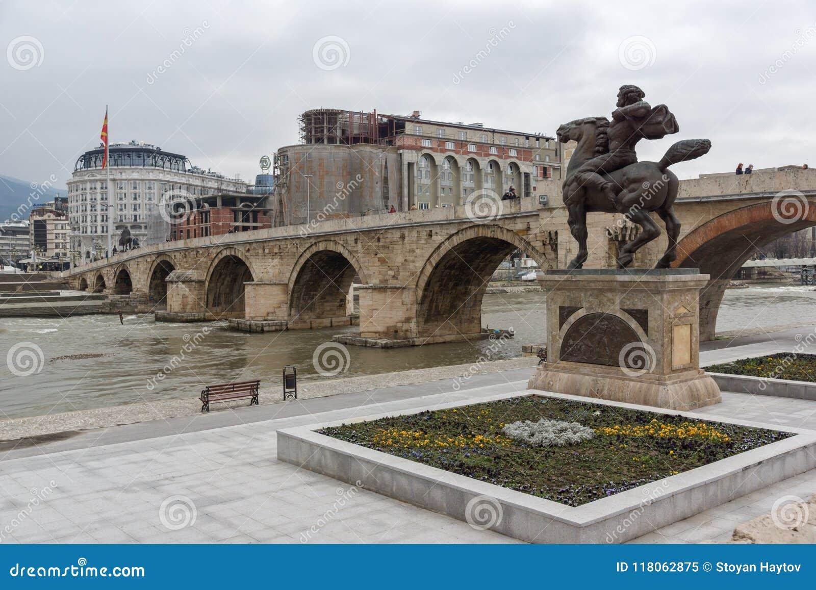 Centro da cidade de Skopje, ponte de pedra velha, monumento de Karposh e rio de Vardar, com referência a