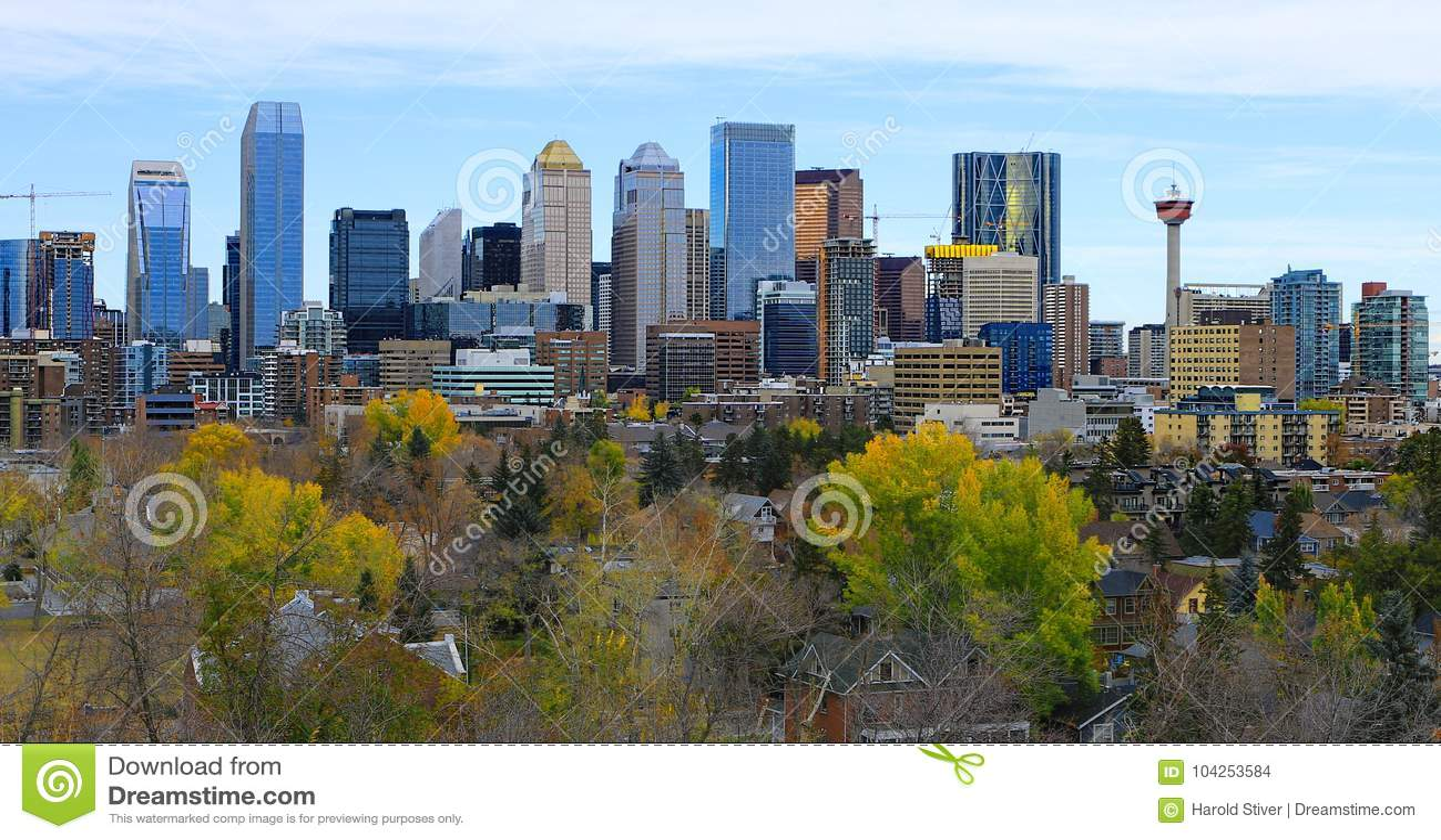 Centro de ciudad de Calgary, Canadá con las hojas de otoño coloridas