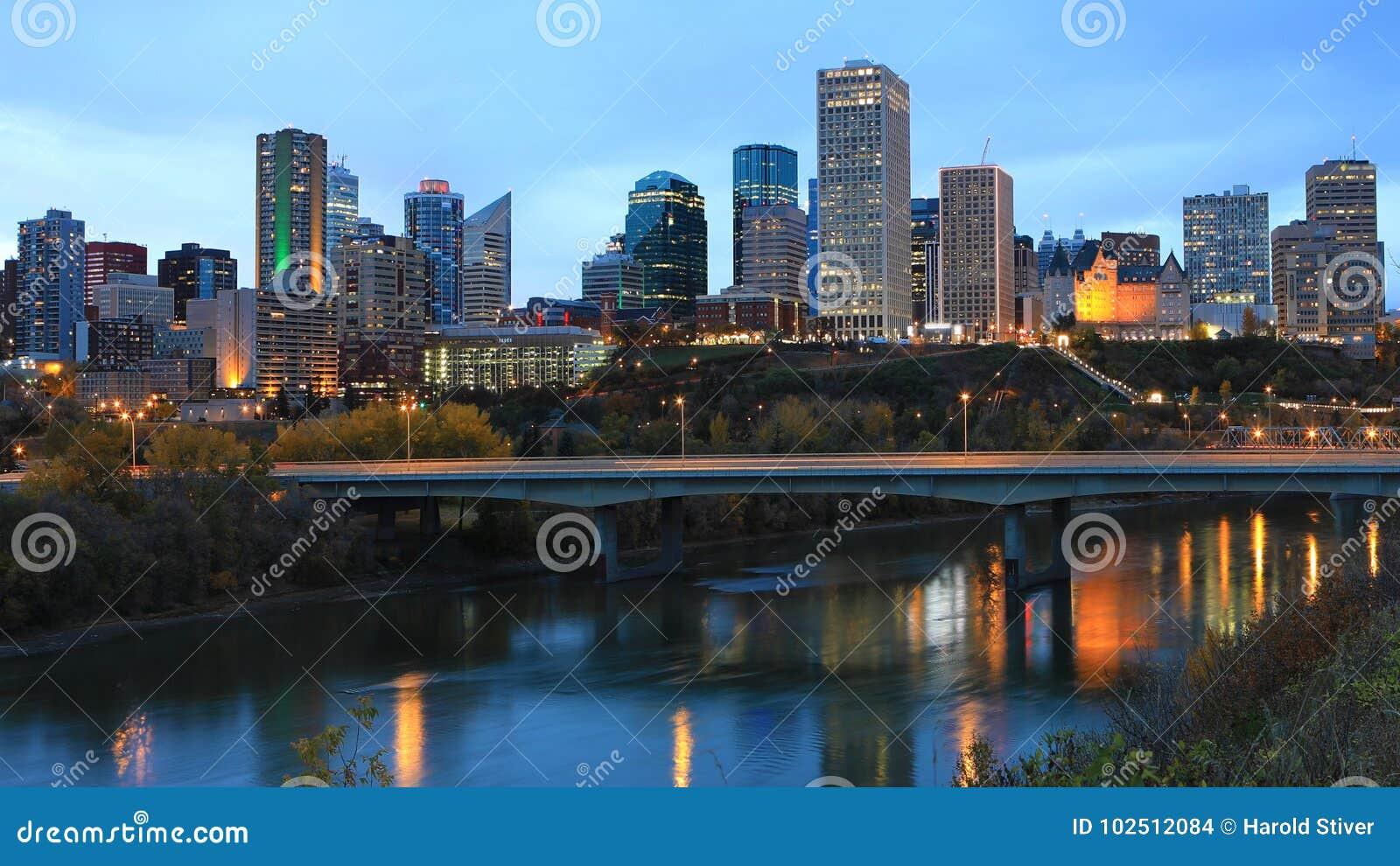 Centro de ciudad de Edmonton, Canadá en la noche con reflexiones en el río