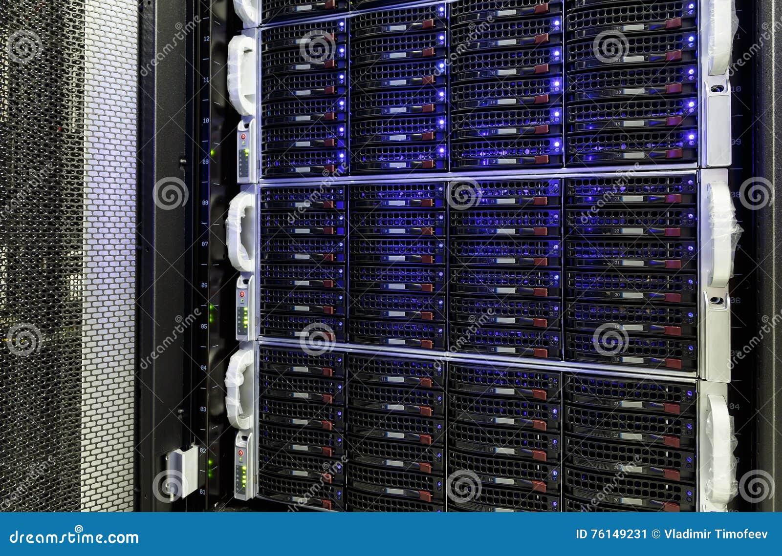 Centro de datos moderno con almacenamiento de los discos duros