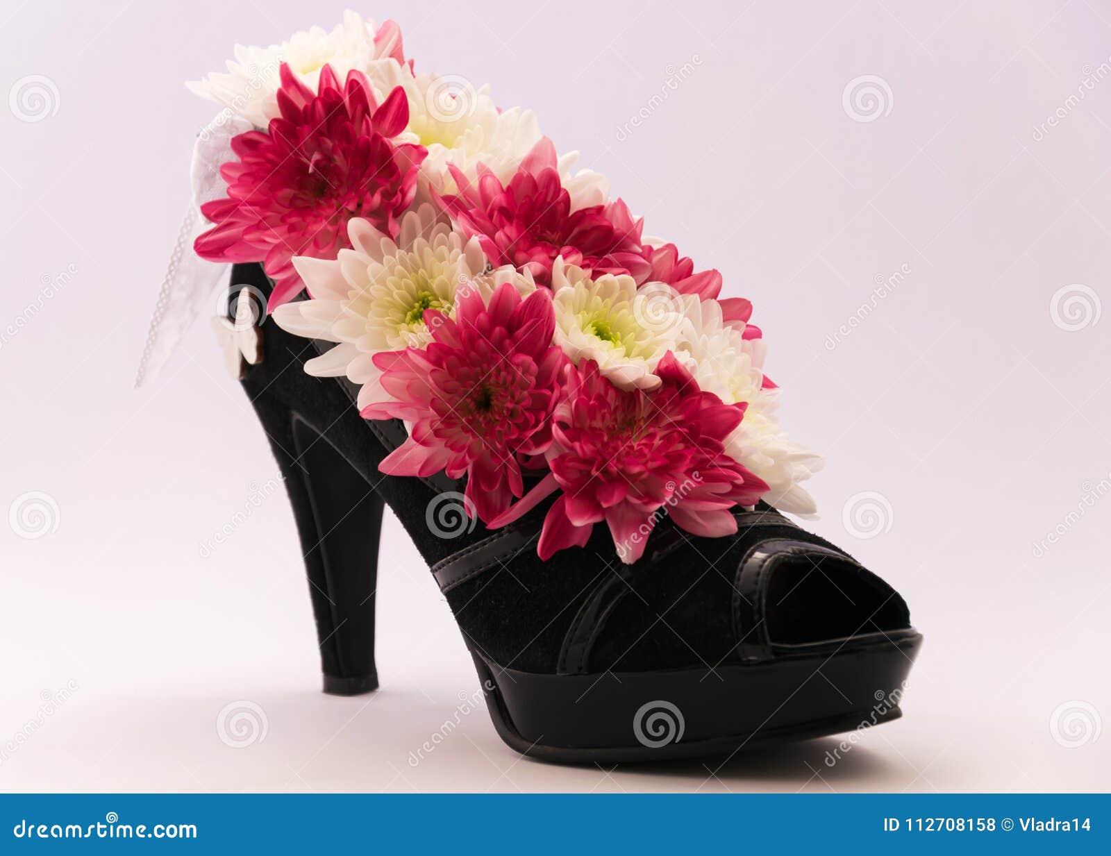 Centro De Flores En Los Zapatos De Tacon Alto Del S De Las Mujeres