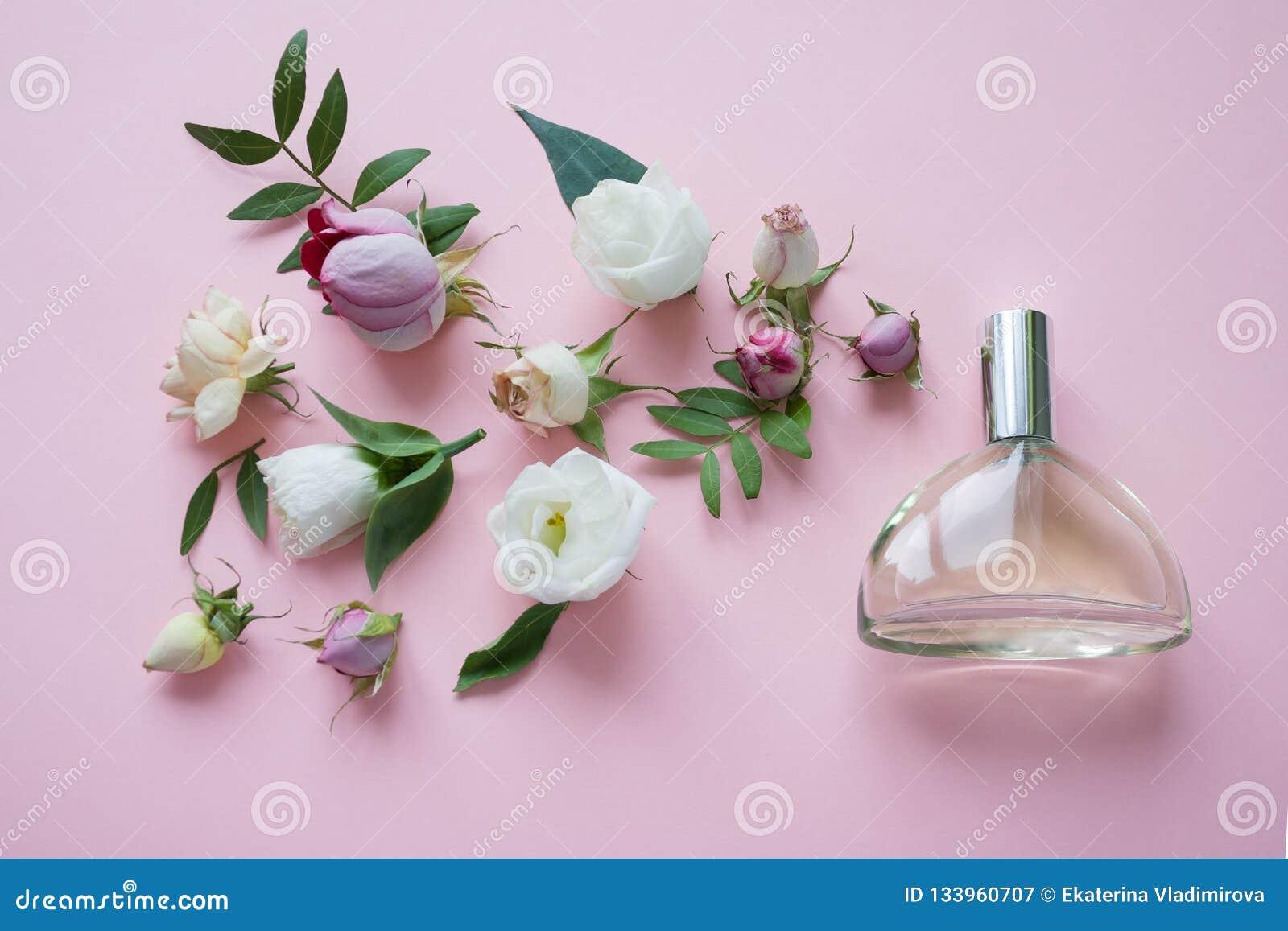 Centro de flores Flores, fragancia, perfume en fondo rosado