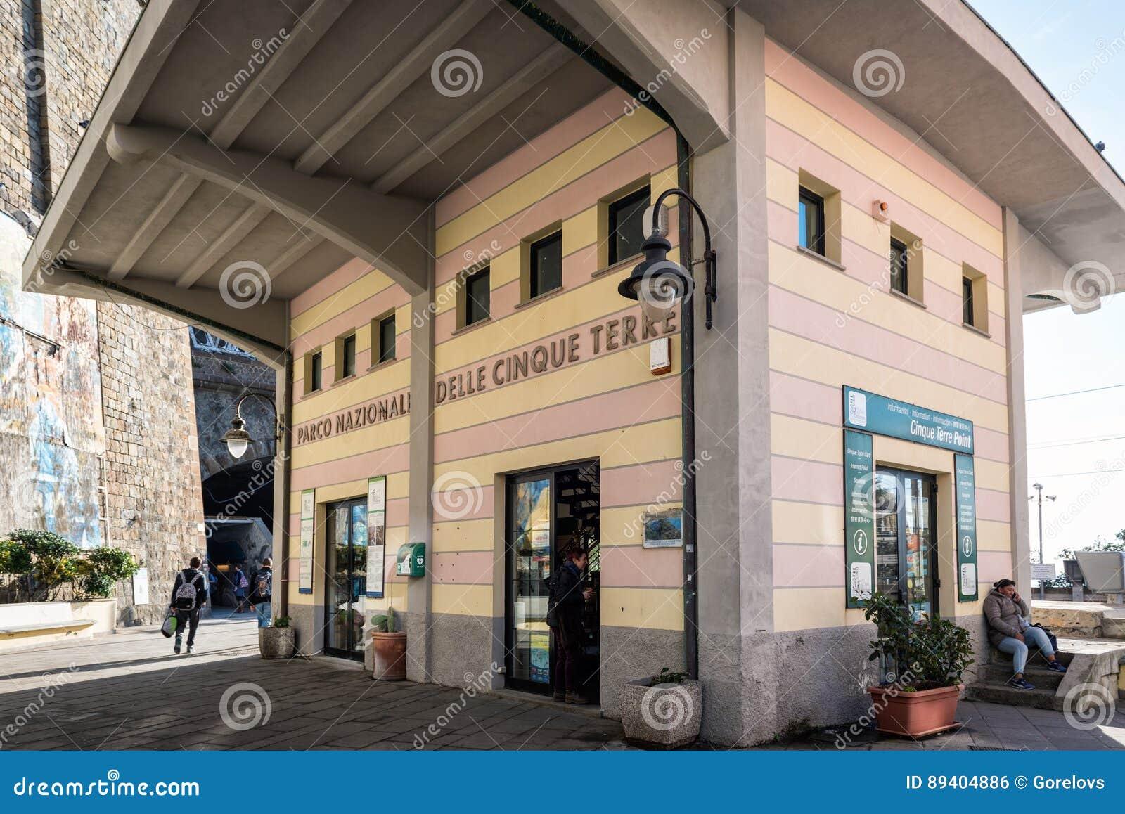 Centro de informação do parque de Cinque Terre National no estação de caminhos-de-ferro da cidade de Riomaggiore, Itália