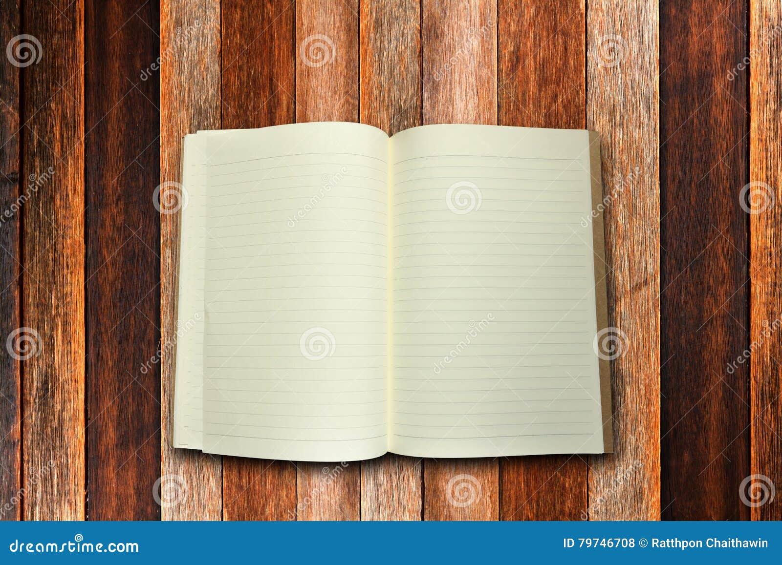 Centro del libro con el fondo de madera