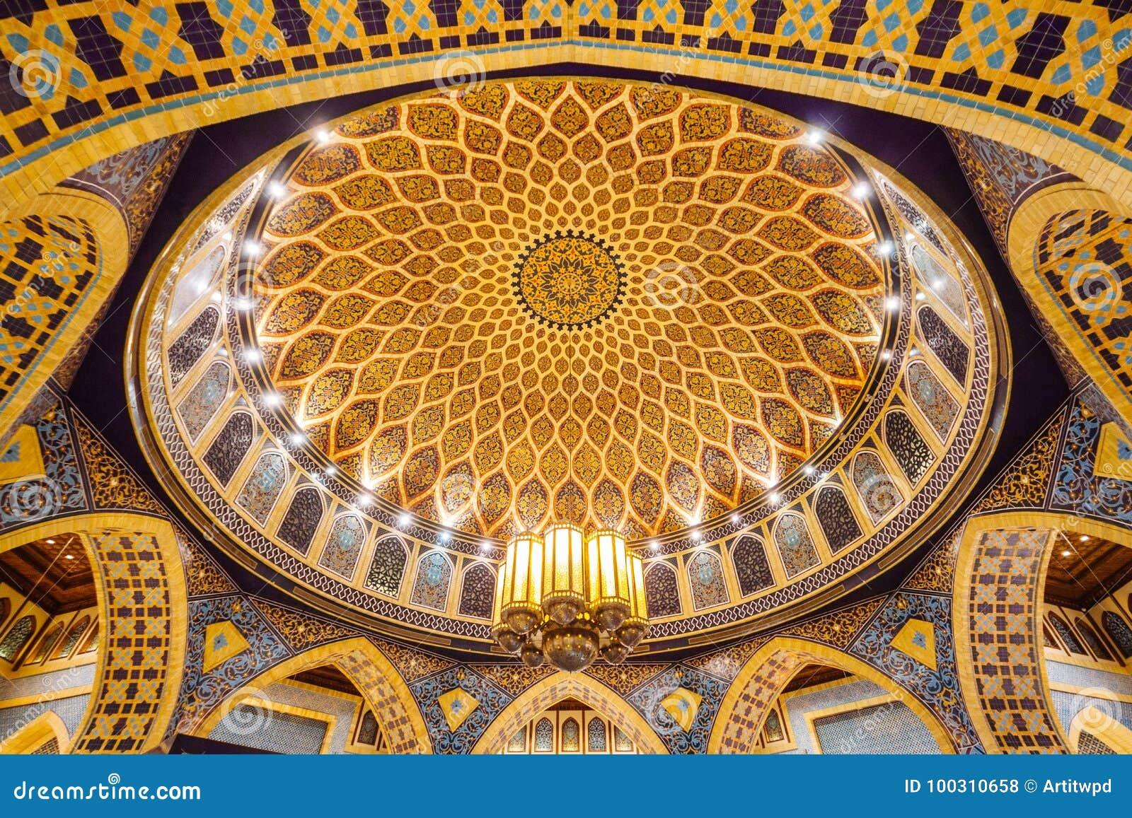 Centro del soffitto della cupola con le mattonelle gialle marroni