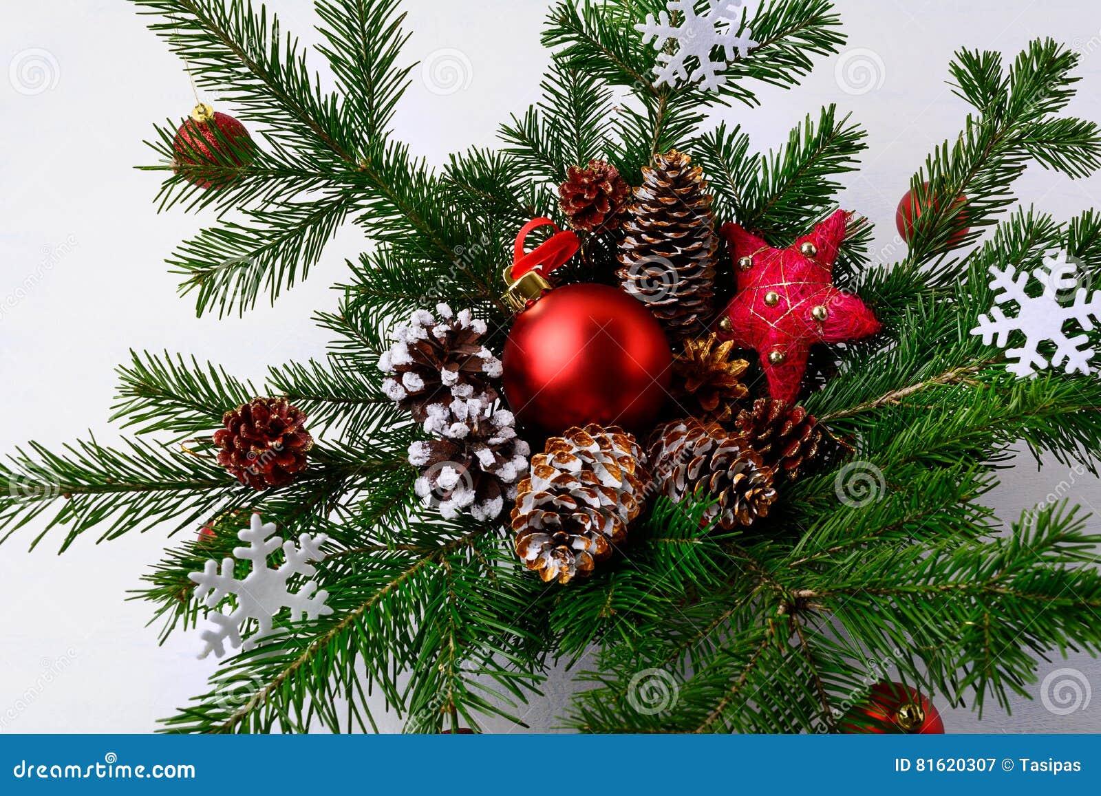 Centro della tavola di natale con le pigne decorate dorate - Pigne decorate natalizie ...