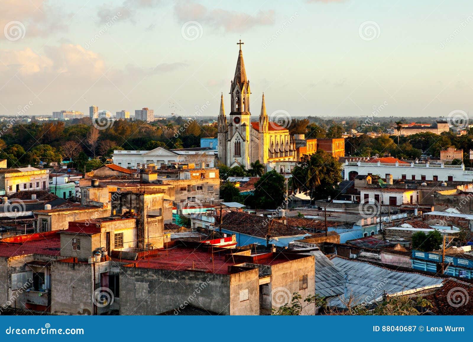 Centro do patrimônio mundial do UNESCO de Camaguey de cima de Ideia dos telhados e do coração sagrado de Jesus Cathedral