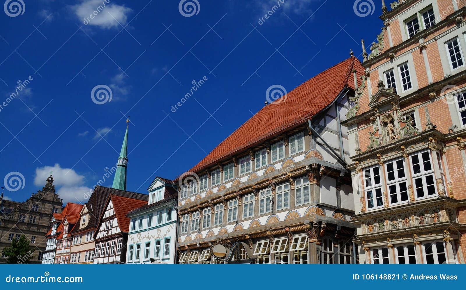 Centro histórico de Hameln: colorido pintado de entramado de madera y edificios del estilo del renacimiento