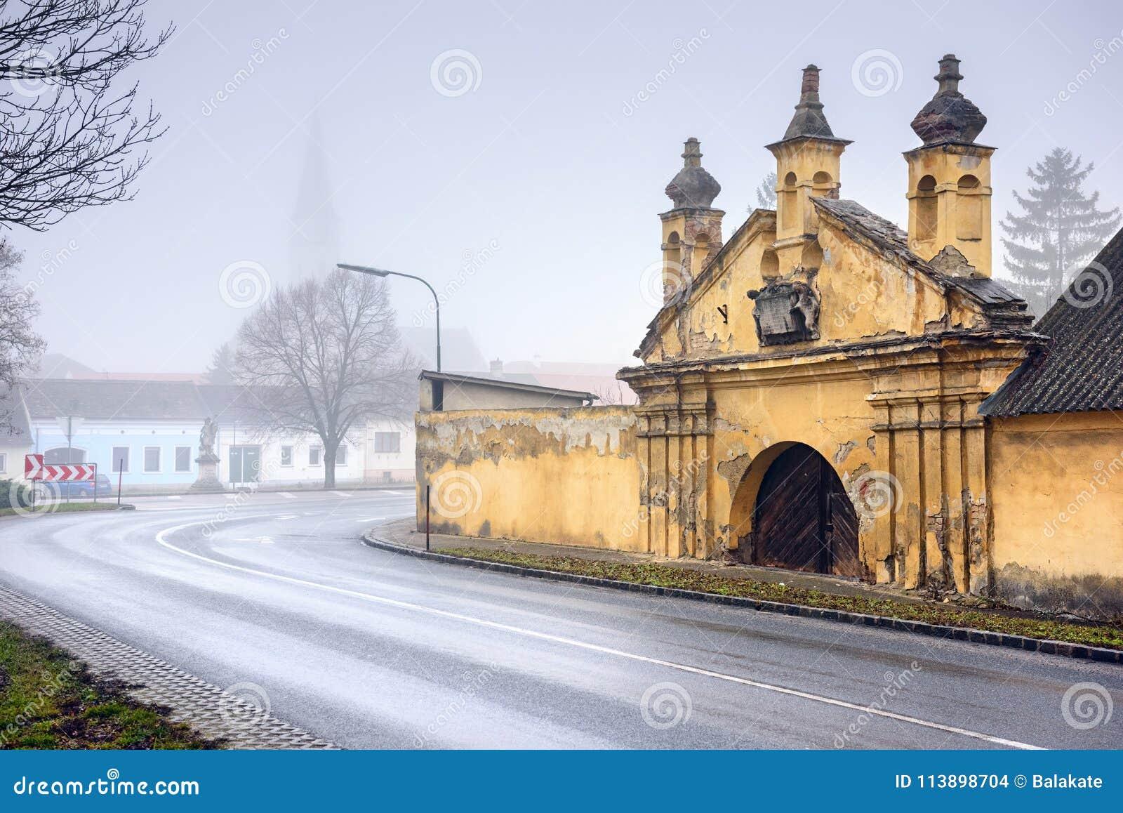 Centro histórico em um dia de inverno nevoento Guntersdorf, Baixa Áustria