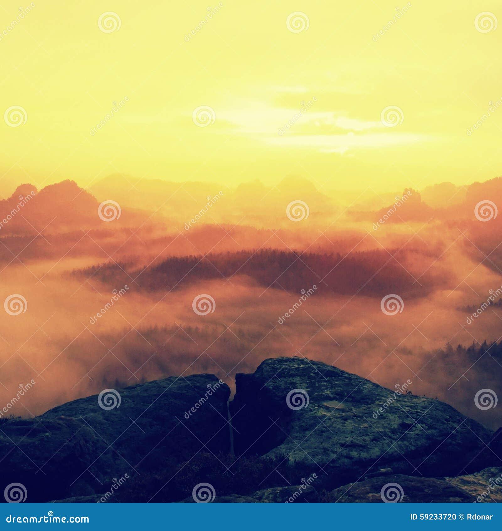 Centro turístico en Sajonia Salida del sol soñadora fantástica en el top de la montaña rocosa con la visión en el valle brumoso