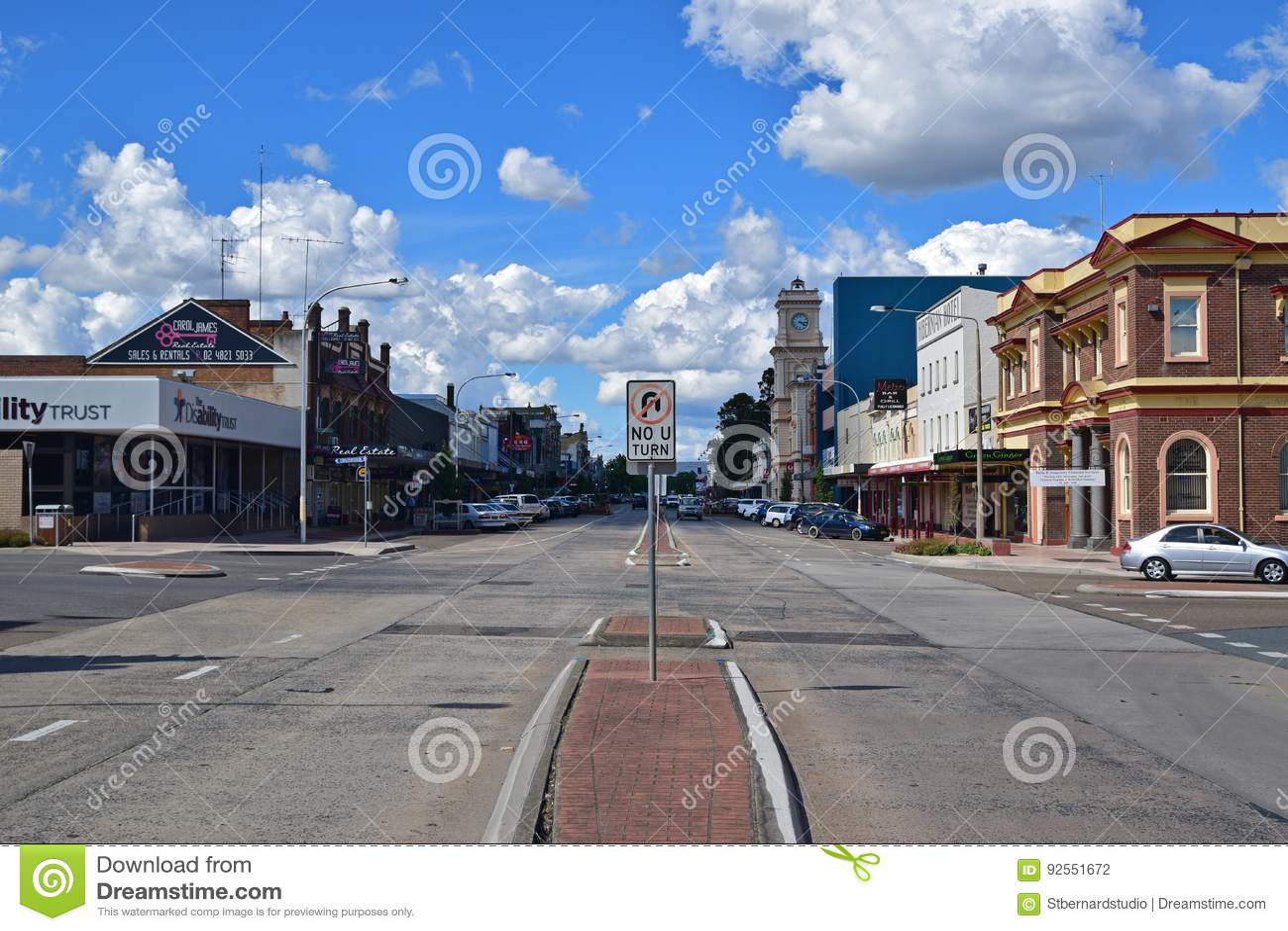 Centro urbano di Goulburn con la strada principale calma della via castana dorata, Nuovo Galles del Sud, Australia