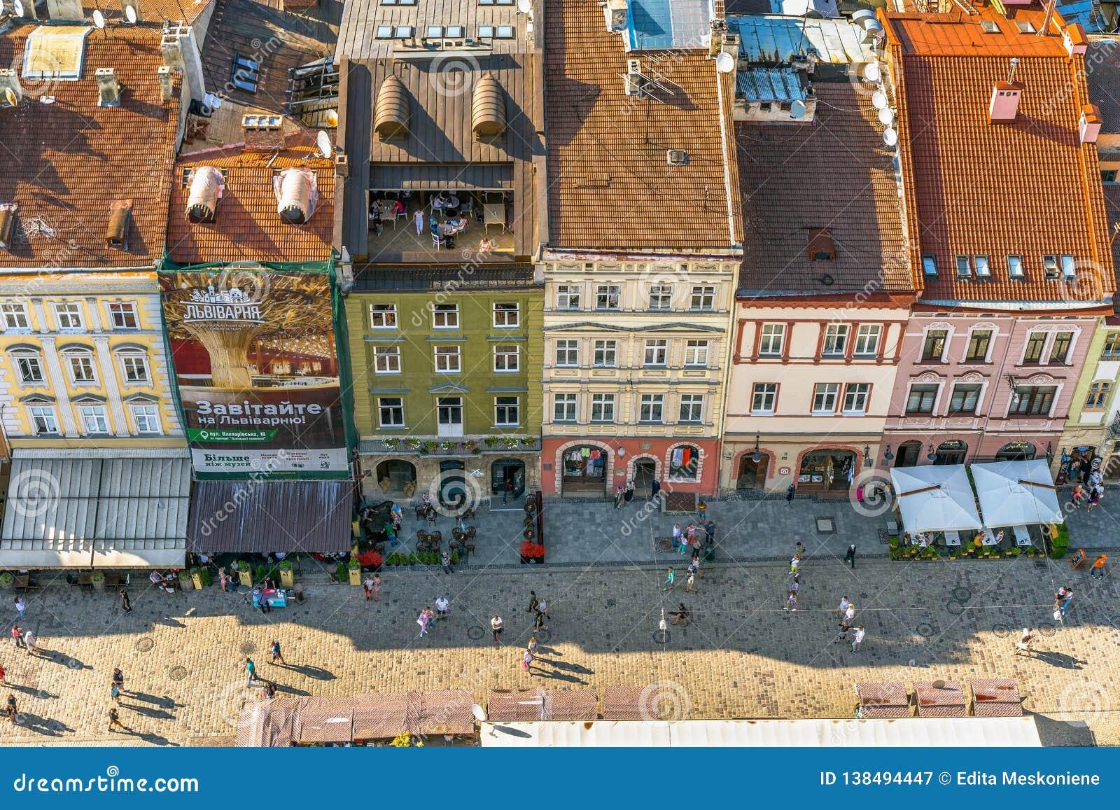 Centro y calle viejos de ciudad de los edificios históricos por completo de la gente por la tarde del verano