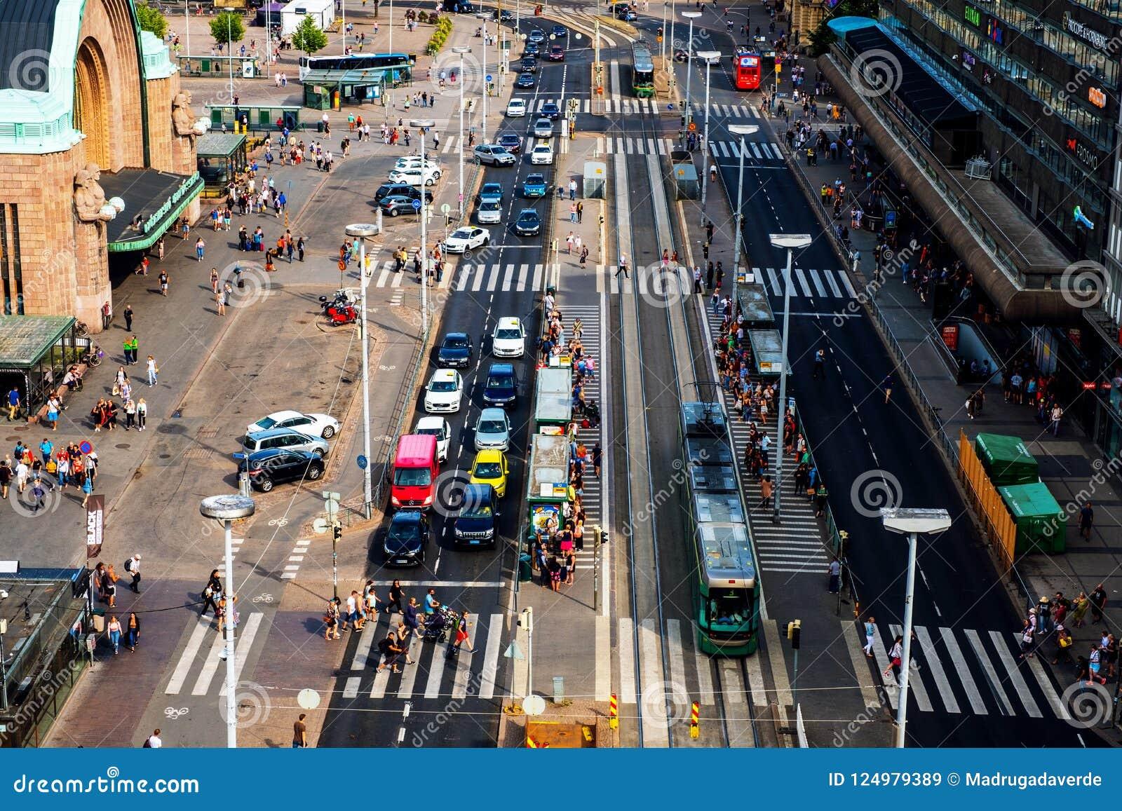 Centrum miasta Helsinki kapitał Finlandia Ludzie, samochód i tramwajowy ruch drogowy,