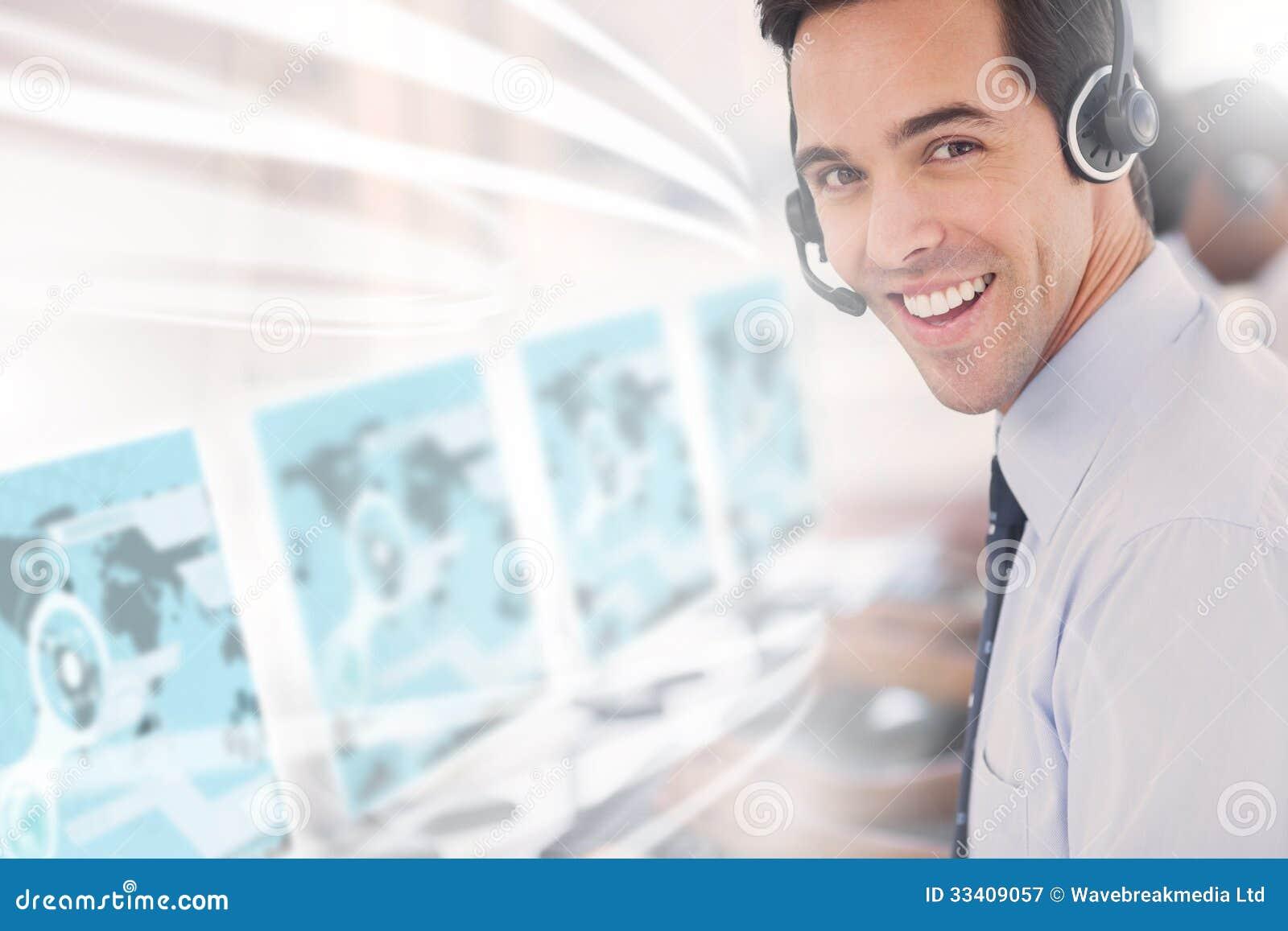 Centrum telefoniczne pracownik używa futurystycznego interfejsu hologram