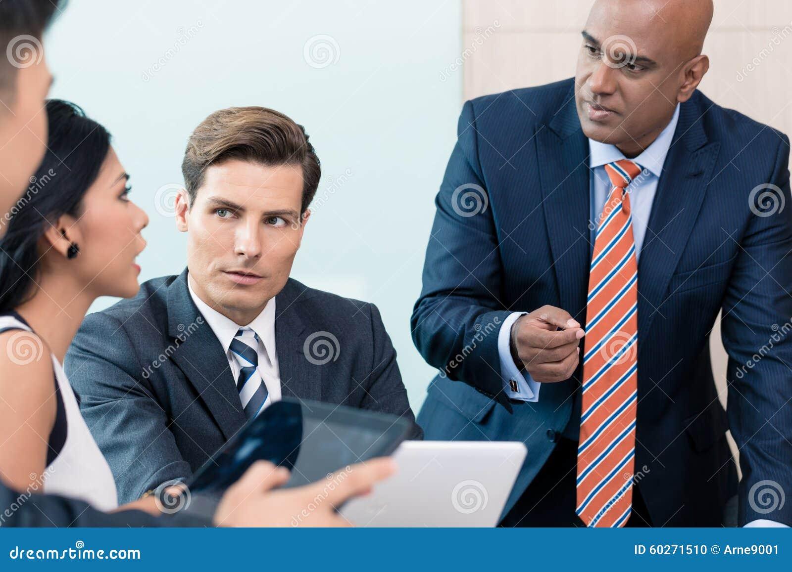 CEO che spiega la sua visione nella riunione d affari