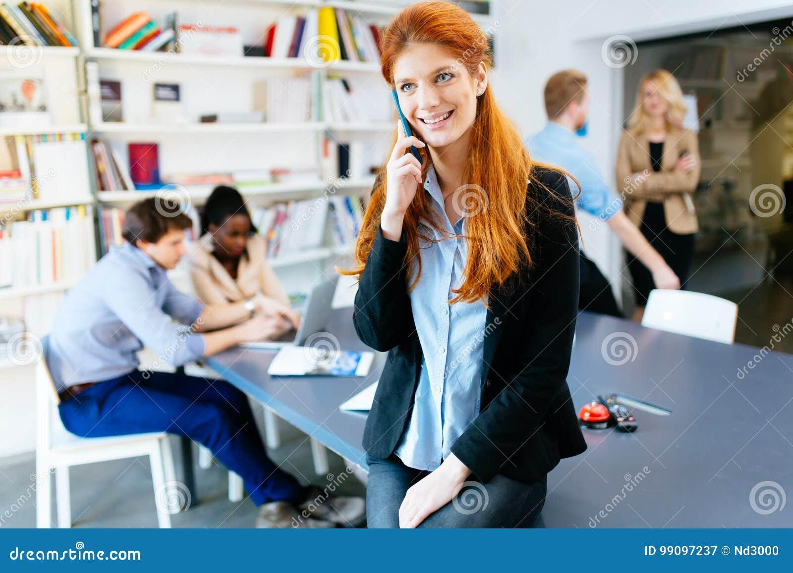 CEO robi znacząco rozmowie telefonicza firma