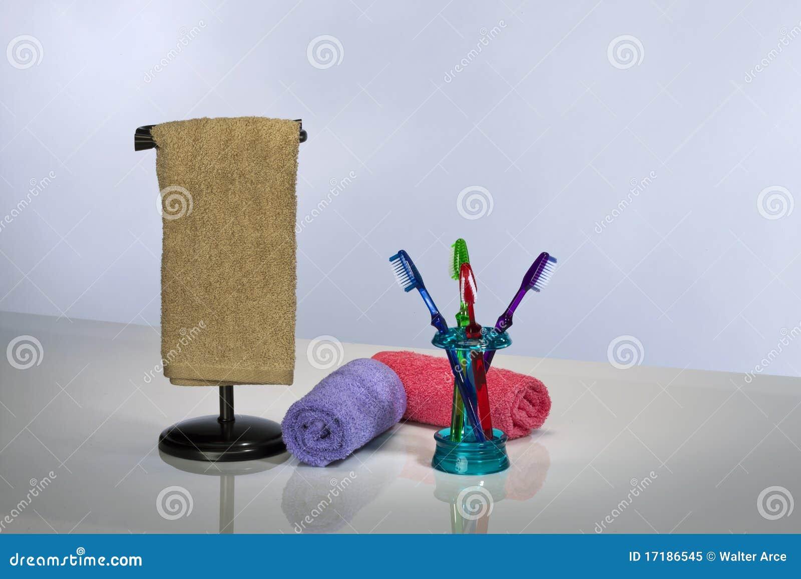 Cepillo de dientes y toallas de baño