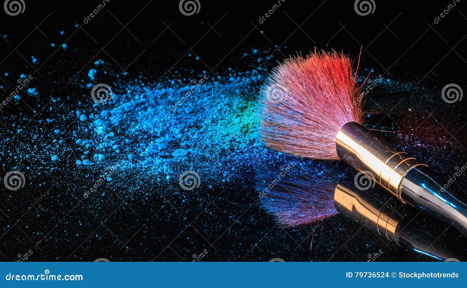 Cepillo del maquillaje en el cosmético profesional en fondo con colorfu