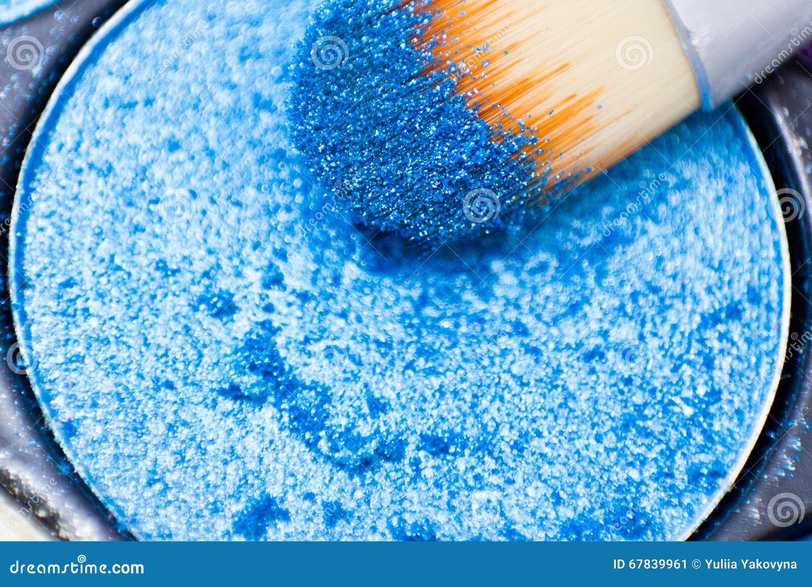 Cepillos para el maquillaje en las paletas de la sombra de ojos