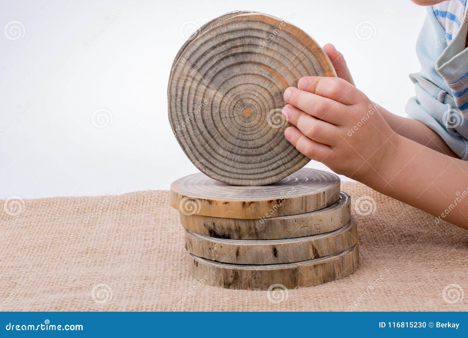 Ceppi di legno tagliati nei pezzi sottili rotondi