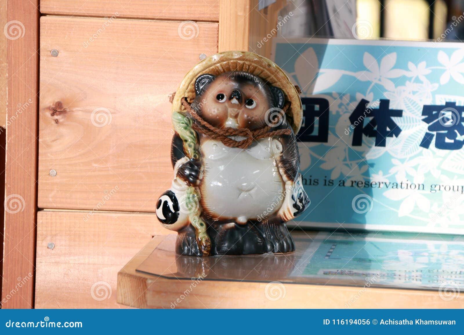 Ceramiczne Tanuki statuy ja jest zwierzęcym rzeźbą Japońskim szopowym psem na biletowych sprzedażach odpierających przy Kameoka T