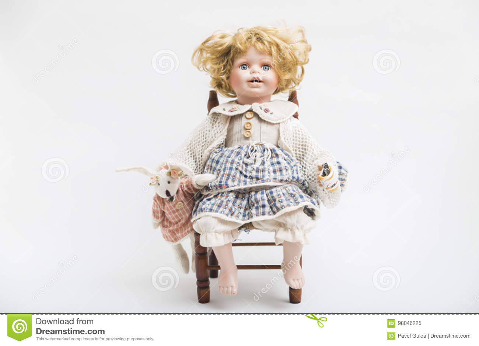 Ceramicznej porcelany handmade lala z dużymi niebieskimi oczami i kędzierzawym blondynem