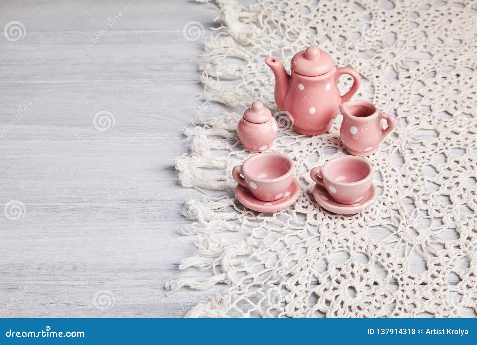 Ceramiczni naczynia na drewnianym stole