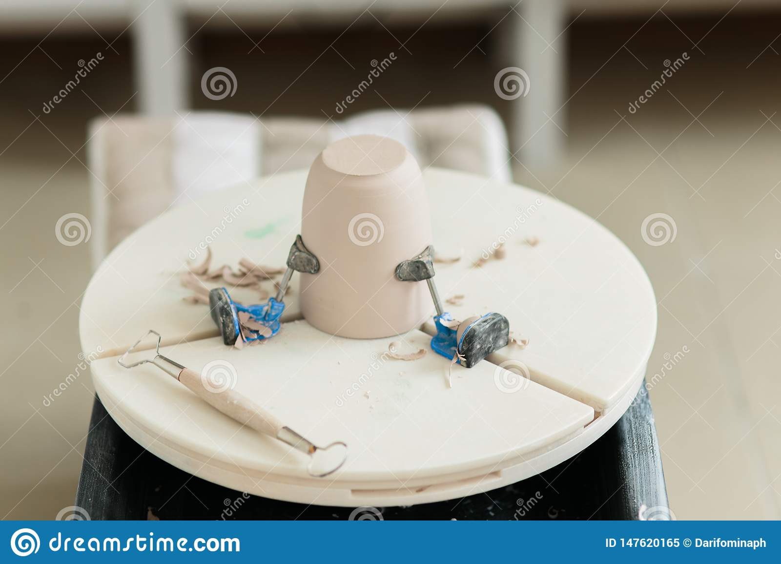 Ceramiczny kubek robi? na garncarce toczy wewn?trz warsztat