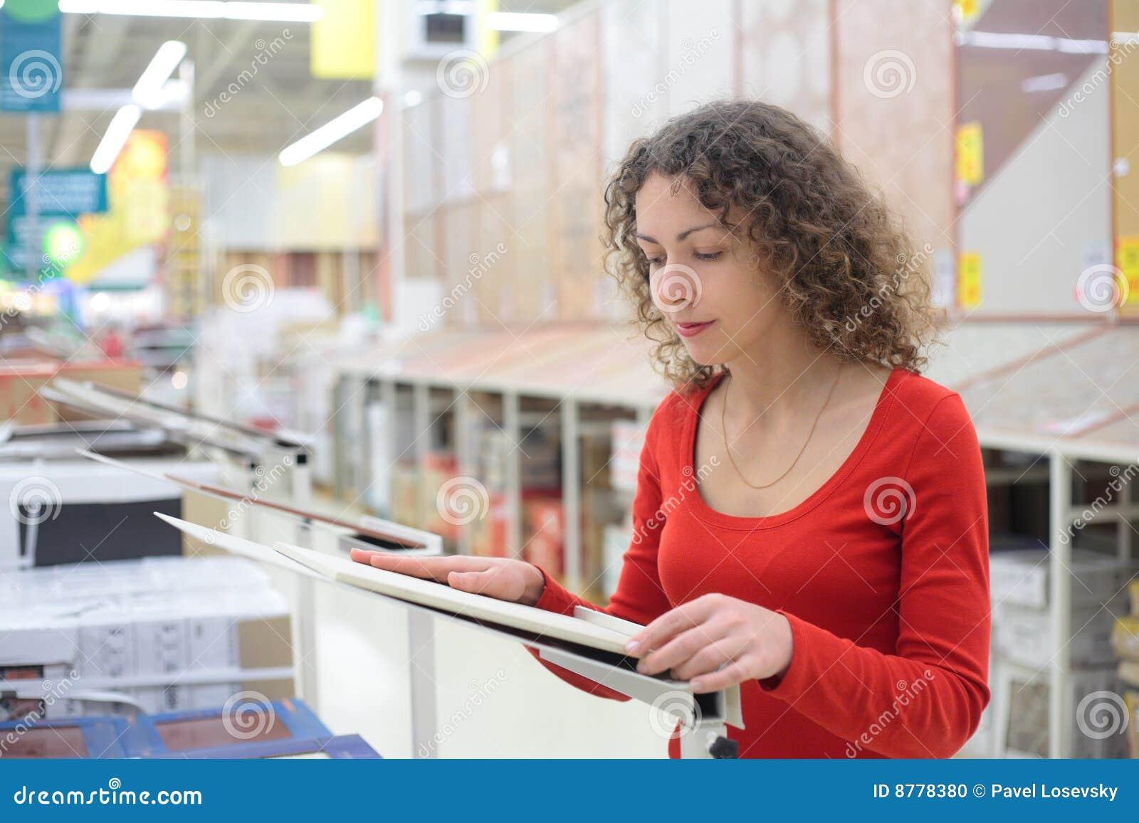 Ceramiczny wybiera dachówkowej sklep kobiety