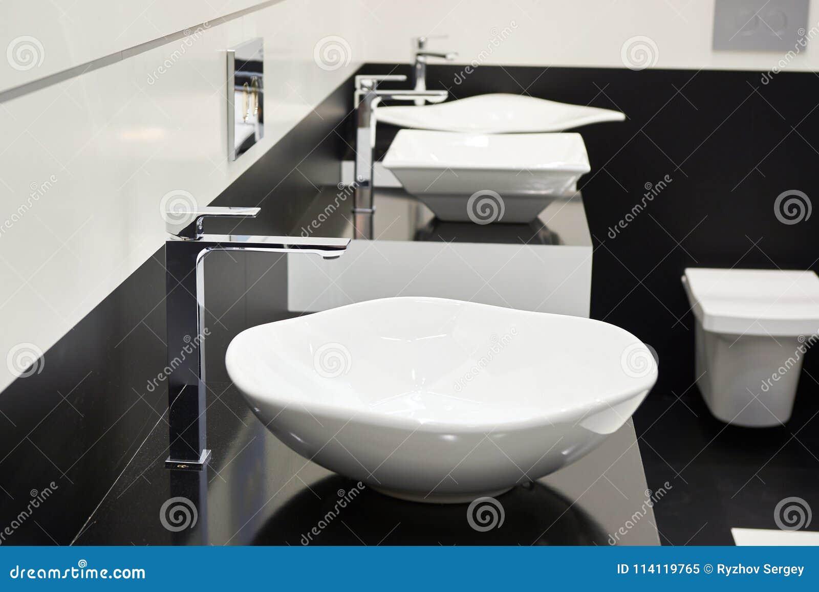 Ceramiczny zlew z faucets