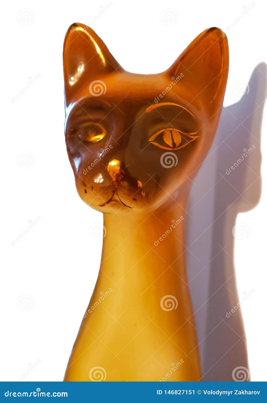 Ceramisch die kattenbeeldje op witte achtergrond wordt ge?soleerd